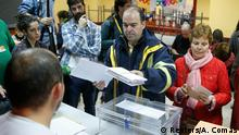 20.12.2015 *** A postman delivers ballots to a polling official during voting in Spain's general election in Madrid, Spain, December 20, 2015. REUTERS/Andrea Comas Reuters/A. Comas