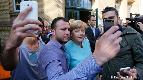 Deutschland Syrische Flüchtlinge machen ein Selfie mit Angela Merkel (Reuters/F. Bensch)