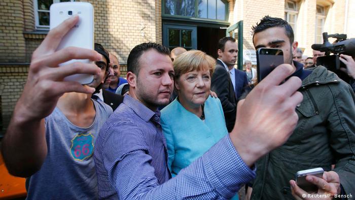 Deutschland Syrische Flüchtlinge machen ein Selfie mit Angela Merkel (Foto: Reuters)