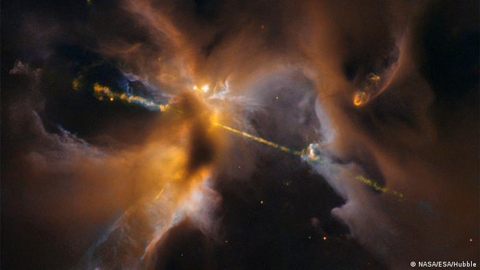 Justo cuando una nueva entrega de La guerra de las galaxias se estrenó en los cines en 2015, el Hubble tomó esta foto de un sable de luz cósmico. La estructura celeste se encuentra a unos 1.300 años luz de distancia. Y eso es exactamente lo que es: el nacimiento de un sistema estelar, que incluye algo de polvo interestelar.
