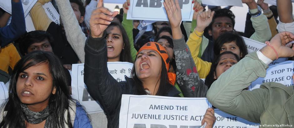 Manifestantes da organização estudantil ABVP protestam contra a liberação de um jovem condenado por estupro