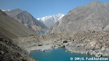 Foto 1 Beschreibung: Der Saressee ist ein See im östlichen Tadschikistan (Zentralasien). befindet sich im Gebiet Berg-Badachschan im Hochgebirge des Pamir. Dort befindet er sich etwa 75 km (Luftlinie) westlich der Stadt Murgab. Er wird vom Fluss Murgab durchflossen. Geologen befürchten, dass der möglicherweise instabile Usoi-Damm während eines starken Erdbebens brechen könnte, was zu einer verheerenden Katastrophe führen würde. Schlagworte: Tadschikistan, Sarez, Sares-See, Damm, Deich, Erdschüttern Jahr/Ort: 2015/Tadschikistan **** Diese hat unser Korrespondent in Tadschikistan Galim Faskhutdinov gemacht. Die Rechte wurden an DW durch den Autor und die abgebildete Person(en) übertragen, wir bitten aber seinen Namen auf dem Foto zu vermerken. Via Yuliya Siatkova