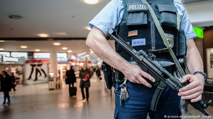 Deutschland Sicherheit am Flughafen Berlin-Tegel