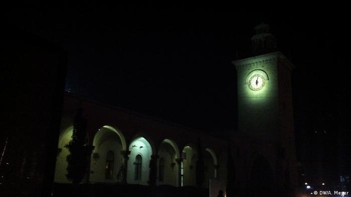 Wenn es dunkel ist, erkennt man am Zugbahnhof von Simferopol nur die Uhranzeige