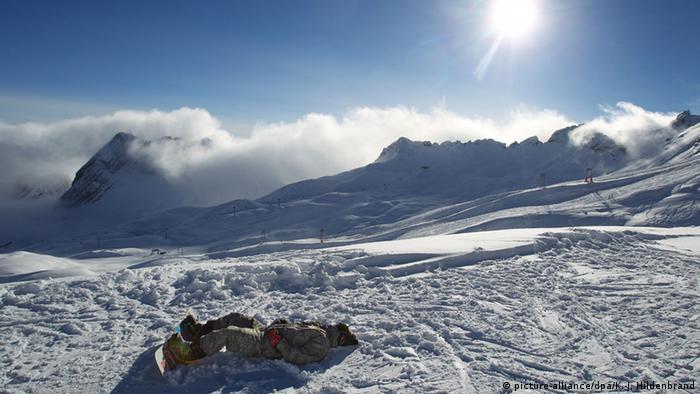 Deutschland Zugspitze Snowboarder (picture-alliance/dpa/K.-J, Hildenbrand)