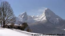 Wintersportklassiker in den Alpen (Bildergalerie): Der Watzmann, zweithöchster Berg Deutschlands (2713m) im Nationalpark Berchtesgadener Land, mit den Nebengipfeln des Massifs, aufgenommen im Februar 2003 von Berchtesgaden aus bei Westwind, der den Schnee von der Spitze verweht. Links die so genannte Watzmann-Frau, in der Mitte die Watzmann-Kinder. Foto: Thomas Muncke dpa; Copyright: picture-alliance/dpa/T. Muncke