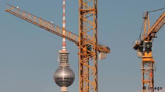 Краны на фоне берлинской телебашни