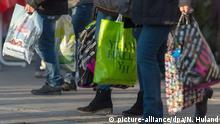 Passanten tragen ihre gefüllten Einkaufstüten am 19.12.2015 durch die Königstrasse in Stuttgart (Baden-Württemberg). Im Weihnachtsgeschäft des Einzelhandels läuft der Endspurt. Foto: Nikolai Huland//dpa