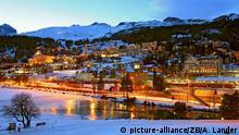 Wintersportklassiker in den Alpen (Bildergalerie): Blick auf das abendlich St. Moritz in der Schweiz, aufgenommen am 11.01.2007. Besonders in den Wintermonaten ist das von den Bergen des Schweizer Engadin umschlossene St. Moritz ein beliebter Urlaubsort des internationalen Jetset. Neben vielen Luxus-Hotels ist der Ort auch für zahlreiche Sportereignisse bekannt. Foto: Andreas Lander +++(c) dpa - Report+++Copyright: picture-alliance/ZB/A. Lander