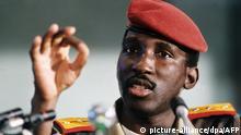 Der Präsident von Burkina Faso, Thomas Sankara. (Undatierte Aufnahme). Er wurde am 21.12.1949 in Yako in Obervolta geboren und starb am 15.10.1987 bei einem Putsch in Ouagadougou. Sankara war Informations- und Premierminister von Obervolta bevor er im August 1983 durch einen Staatsstreich an die Macht kam. Unter seiner Ägide wurde das Land in Burkina Faso umbenannt. Der erklärte Sozialist führte zahlreiche Reformen ein, um den Hunger und die Korruption zu bekämpfen und das Bildungs- und Gesundheitswesen im Land zu verbessern. Er stärkte die Position der Frauen, war gegen die Polygamie und die weibliche Beschneidung. Foto: AFP +++(c) dpa - Report+++Copyright: picture-alliance/dpa/AFP