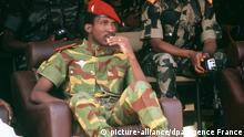 Der Regierungschef von Burkina Faso, Thomas Sankara, sieht sich die Truppenparade an, die am 4.8.1985 in Ouagadougou aus Anlass des 2. Jahrestages der Machtübernahme stattfindet+++Copyright: picture-alliance/dpa/Agence France