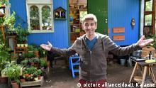 Der Schauspieler und Moderator Guido Hammesfahr alias Fritz Fuchs posiert am 08.09.2015 in Henningsdorf (Brandenburg) am Set der ZDF-Kinderserie Löwenzahn vor seinem Bauwagen. Der Kinderfernsehklassiker feiert dieses Jahr seinen 35. Geburtstag. Aus diesem Anlass wird es vom 6. bis 8. November einen Programmschwerpunkt im ZDF und bei KiKA geben. Foto: picture alliance/dpa/J. Kalaene