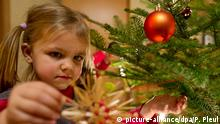 Weihnachtsbaum wird geschmückt