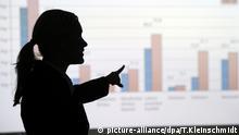 ARCHIV - ILLUSTRATION - Eine Frau erklärt 07.12.2010 in Berlin eine mittels Beamer an die Wand projezierte Statistik. Foto: Tobias Kleinschmidt/dpa (zu dpa Bundestag beschließt Frauenquote in Aufsichtsräten vom 06.03.2015) +++(c) dpa - Bildfunk+++ picture-alliance/dpa/T.Kleinschmidt