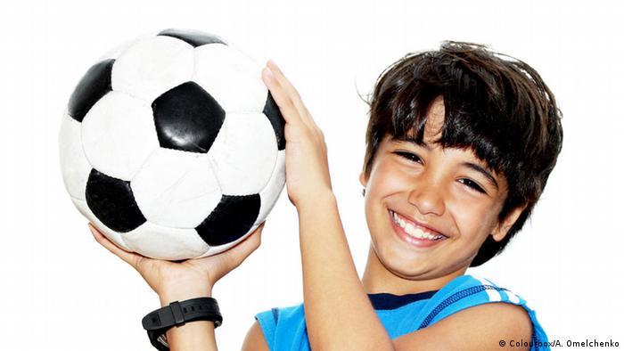 Njenim vršnjacima je nogometna lopta radost, a Sofija ih mora šivati. Na Zapadu ta lopta onda košta i 50, 60 eura - ona za loptu dobije 13 centi!