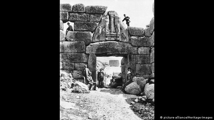 Шлиман обаче не се задоволява само с Троя: той е решен да открие и други древни места, описани в Омировата Илиада. Така през 1874, когато е на 52 години, Хайнрих Шлиман заминава за гръцката Микена, където предполага, че се намира гробът на Агамемнон. Там той прави сензационно откритие.