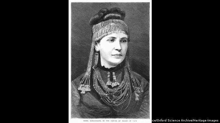 През 1869 година Шлиман се жени в Гърция за 17-годишната София. На тази снимка тя носи Голямата златна диадема от съкровището на Приам, което Шлиман открива 4 години по-късно при разкопките на Троя. Той отнася съкровището в Германия, което в края на Втората световна война е плячкосано и пренесено в Русия. От 1992 година съкровището е изложено официално в музея Пушкин в Москва.