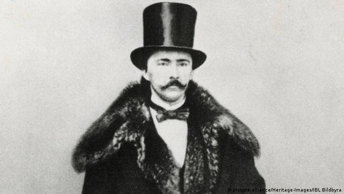 Хайнрих Шлиман не се ражда в богато семейство. Точно обратното. Безпаричието го принуждава да прекъсне гимназията, след което той започва да учи търговия. Благодарение на уменията си и таланта си за чужди езици той бързо прави кариера. Заминава за Русия, където доставя материали за муниции на царската армия. Той натрупва богатство и може да си позволи да се посвети на една от големите си страсти.