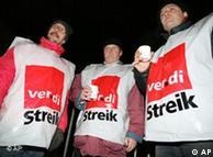 Забастовщиков можно узнать по накидках с профсоюзной символикой