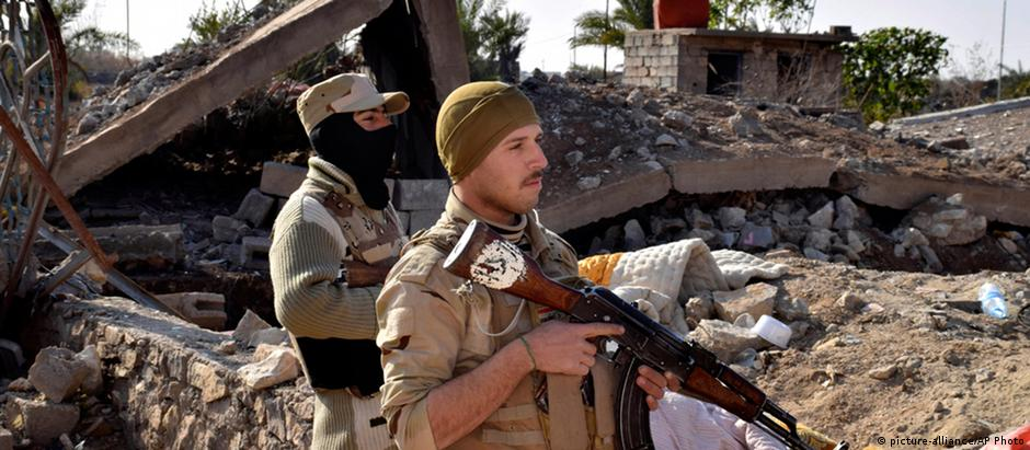 """Soldados iraquianos nas proximidades de Ramadi, cidade ainda controlada pelo """"Estado Islâmico"""""""