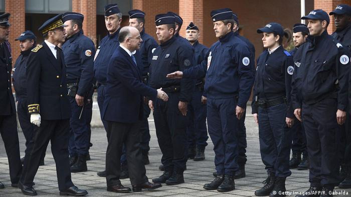 برنار کازنوو، وزیر کشور فرانسه در میان ماموران پلیس شهر تولوز