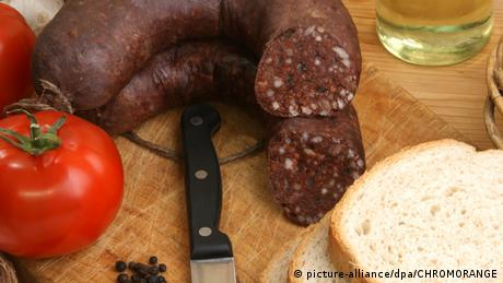 Blood sausage and bread (picture-alliance/dpa/CHROMORANGE)