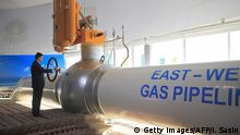 23.12.2015 *** Turkmenistan's President Gurbanguly Berdymukhamedov takes part in the opening ceremony of the East-West pipeline at the Belek compressor station, some 500 km northwest of Ashgabat, on December 23, 2015. Turkmenistan hailed on December 23 the completion of a $2.5 billion gas pipeline connecting its abundant eastern gas fields to the Caspian Sea while potentially expanding Europe's energy security options. AFP PHOTO / IGOR SASIN / AFP / IGOR SASIN (Photo credit should read IGOR SASIN/AFP/Getty Images) © Getty Images/AFP/I. Sasin