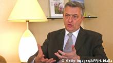 ARCHIV 2014 *** UNRWA Commissioner General Filippo Grandi speaks to journalists in Beirut on February 25, 2014, one day after a rare visit to the besieged Palestinian camp of Yarmouk in south Damascus. The head of the UN agency for Palestinian refugees spoke of the shocking conditions he had seen inside the Syrian camp which has been under siege and bombardment for months, calling for sustained access for aid deliveries to some 18,000 Palestinians who have been trapped under fire with dwindling food supplies. AFP PHOTO/HUSSEIN MALLA/POOL (Photo credit should read HUSSEIN MALLA/AFP/Getty Images) © Getty Images/AFP/H. Malla