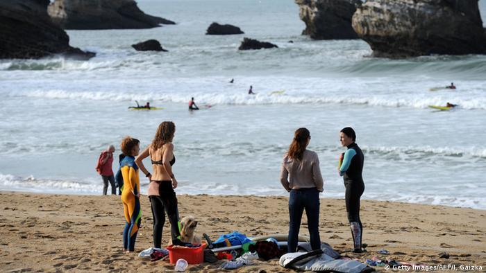 Frankreich Biarritz Surfer am Meer