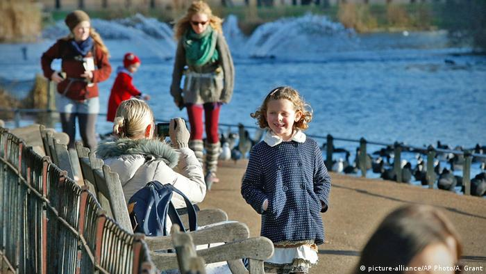 London Hyde Park Spaziergänger Sonne