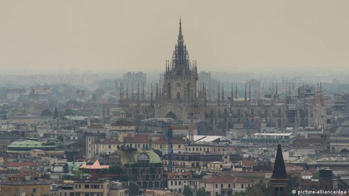 И северноиталианският град Милано има опит със смога. През 2013 общинските власти за първи път наложиха тридневна забрана за движение на лични автомобили по улиците на града и намалиха цените на билетите в градския транспорт. Оттогава насам обаче почти нищо не се е променило. И прогнозите за бъдещето не са никак добри.