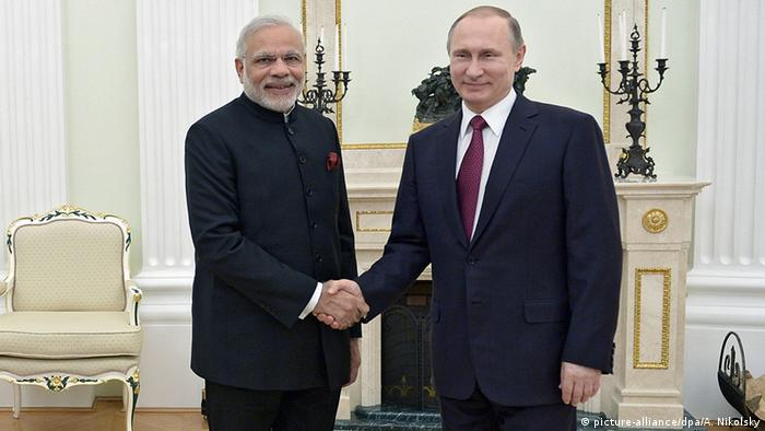 President Vladimir Putin, right, shakes hands with Indian Prime Minister Narendra Modi during their meeting in the Kremlin in Moscow, Belarus, Wednesday, Dec. 23, 2015 (Photo: picture-alliance/dpa/A. Nikolsky)