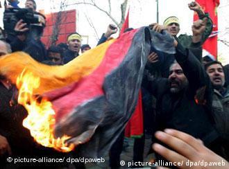 Manifestantes en Teherán queman una bandera alemana.