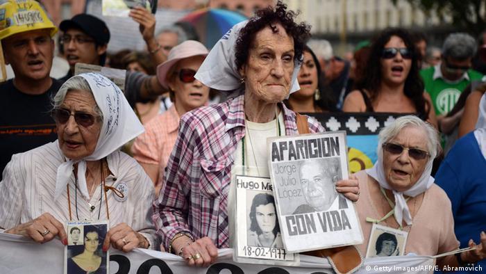 En esta foto de archivo (03.12.2015), las Madres de Plaza de Mayo reclaman en Buenos Aires por sus hijos desaparecidos durante la dictadura militar del general Jorge Videla.