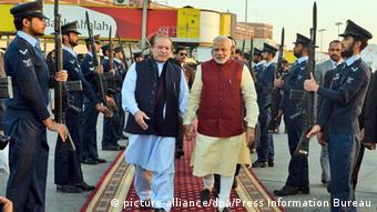Indischer Ministerpräsident Narendra Modi zu Besuch in Lahore mit MP Sharif (Foto: picture-alliance/dpa/Press Information Bureau)