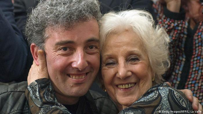 Estela de Carlotto Präsidentin der Vereinigung Großmütter der Plaza de Mayo mit ihrem Enkel (Getty Images/AFP/L. La Valle)