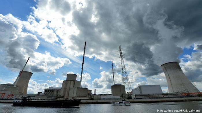 Wasserdampf steigt aus den Kühltürmen des belgischen Atomkraftwerks in Tihange (Foto: Eric Lalmand/AFP/Getty Images)