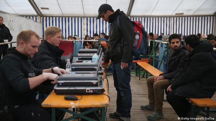 German police process admission of migrants in Passau
