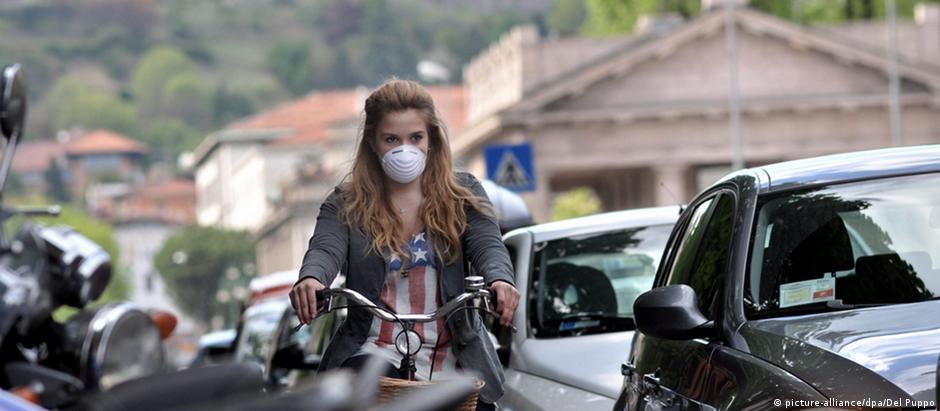 Poluição em Milão obriga ciclista a usar máscara enquanto pedala nas ruas da cidade