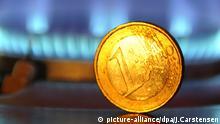 ARCHIV - ILLUSTRATION - Eine Ein-Euro Münze steht aufrecht vor einer Gas-Flamme am 15.04.2009 in Köln. Der Bundesgerichtshof (BGH) verhandelt am 24.09.2014 in Karlsruhe (Baden-Württemberg) über die Erhöhung von Gaspreisen ohne vertragliche Grundlage. Foto: Jörg Carstensen7/dpa +++(c) dpa - Bildfunk+++ +++(c) dpa - Bildfunk+++ picture-alliance/dpa/J.Carstensen