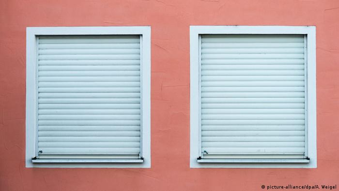 Windows closed with shutters (picture-alliance/dpa/A. Weigel)