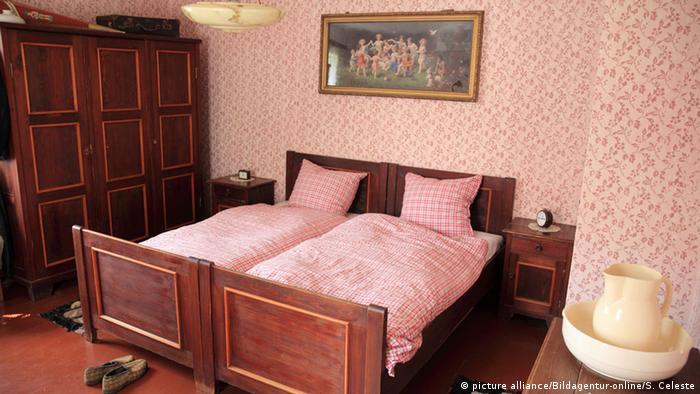 З власною ковдрою в двоспальному ліжку