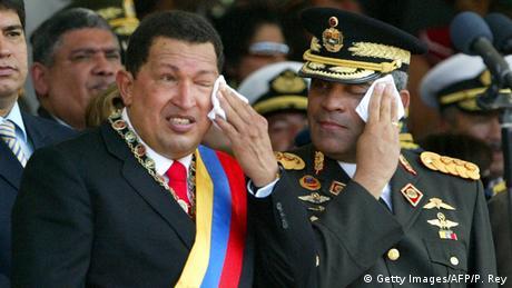 El expresidente venezolanod Hugo Chávez y el entonces ministro de Defensa, Raúl Baduel (10.01.2007)