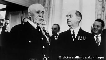 Philippe Pétain receives the US ambassador to Vichy, Admiral William D. Leahy, who brings a personal message from President Roosevelt: Pétain (left) and Leahy in the Sévigné pavillion after the reception. - Photo, 5 February 1941.