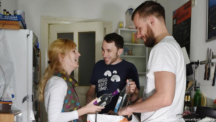 Drei junge Leute stehen in einer Küche (picture-alliance/dpa/J. Kalaene)