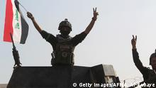 27.12.2015 *** Bildunterschrift:Members of Iraq's elite counter-terrorism service flash the 'V' for victory sign on December 28, 2015 at the heavily damaged government complex after they recaptured the city of Ramadi, the capital of Iraq's Anbar province, about 110 kilometers west of Baghdad, from Islamic States group jihadists. Iraq declared the city of Ramadi liberated from the Islamic State group and raised the national flag over its government complex after clinching a landmark victory against the jihadists. AFP PHOTO / AHMAD AL-RUBAYE / AFP / AHMAD AL-RUBAYE (Photo credit should read AHMAD AL-RUBAYE/AFP/Getty Images) Getty Images/AFP/A. Al-Rubaye