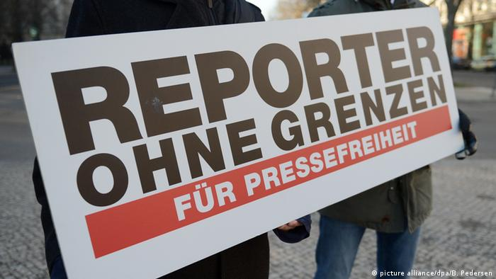 Плакат с надписью Репортеры без границ на немецком языке