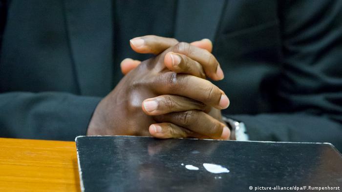 Руки осужденного Онесфора Руабукомбе
