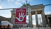 Ein Schild mit der Aufschrift «Kein Durchgang - Stop - No Entrance» weist am 28.12.2015 auf die Sperrung vor dem Brandenburger Tor in Berlin hin. Hier läuft derzeit der Aufbau der Silvester-Partymeile. Foto: Bernd von Jutrczenka/dpa +++(c) dpa - Bildfunk+++