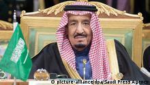 09.12.2015 *** ARCHIV - A handout photograph made available by the Saudi Press Agency (SPA) on 10 December 2015 shows Saudi King Salman bin Abdul Aziz Al Saud attending the opening session of the Gulf Cooperation Council (GCC) summit in Riyadh, Saudi Arabia, 09 December 2015. EPA/SAUDI PRESS AGENCY / HANDOUT HANDOUT EDITORIAL USE ONLY/NO SALES (zu dpa «Sohn des Staatsgründers: Der saudische König Salman» vom 23.12.2015) +++(c) dpa - Bildfunk+++ © picture-alliance/dpa/Saudi Press Agency